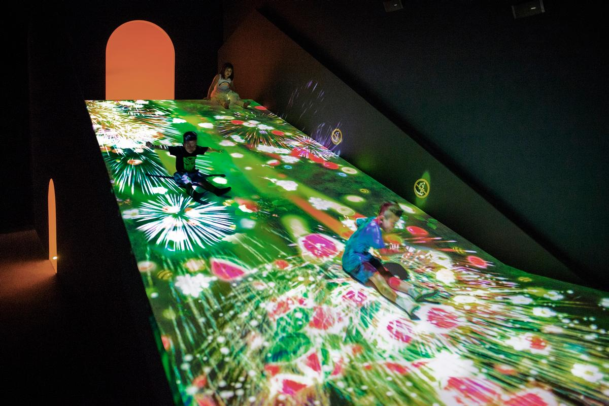 Sliding through the Fruit Field , 2016-, Interactive Digital Installation / teamLab