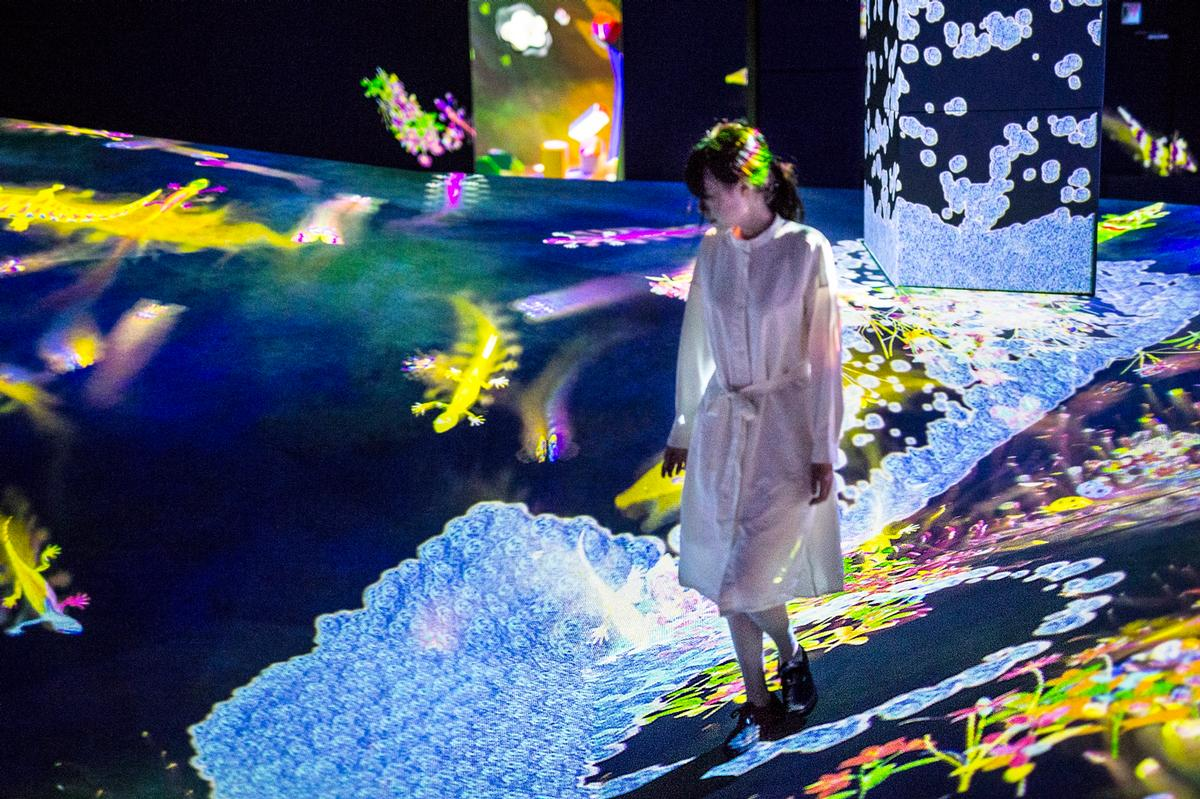 Waterfall Droplets, Little Drops Cause Large Movement , teamLab, 2018-, Interactive Digital Installation, sound: Hideaki Takahashi / teamLab