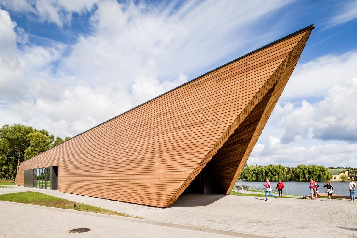 The angular facility was designed by Przemysław Sokołowski Biuro Architektoniczne (PSBA) and INOONI / Bartosz Dworski