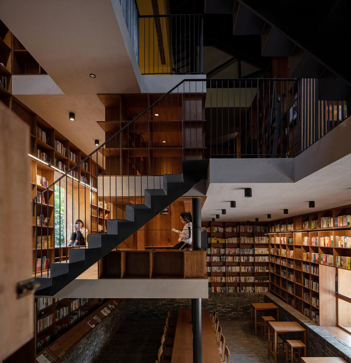 There are a wealth of spaces inside the building where people can sit and read / Su Shengliang