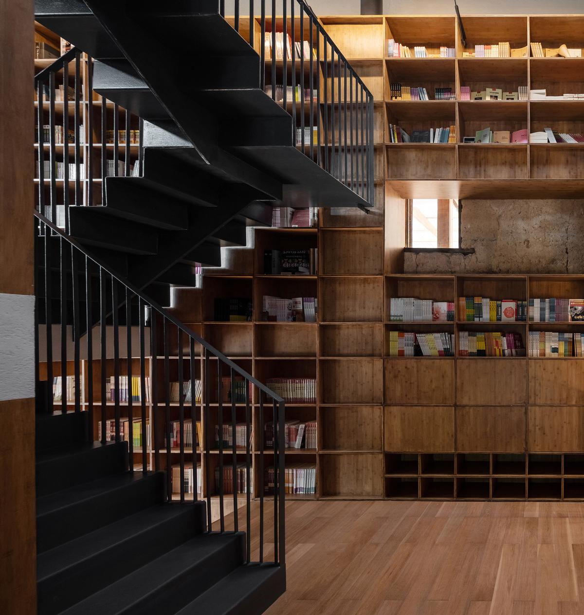 The library's bookshelves and built out of bamboo / Su Shengliang