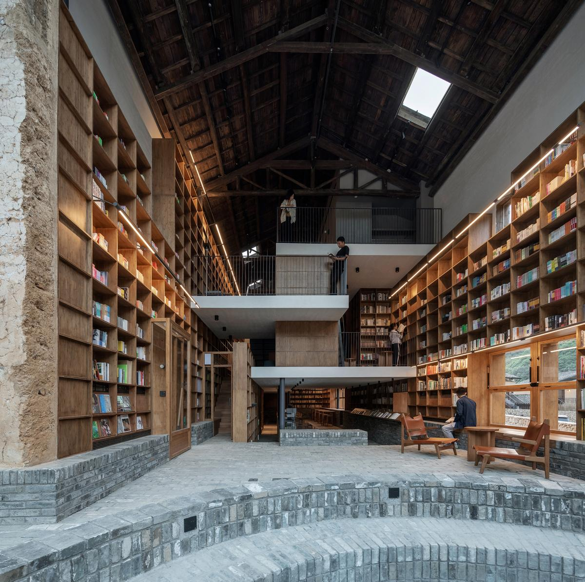 Tiering built into the brickwork floor allows guests to take advantage of the transparent gable end / Su Shengliang