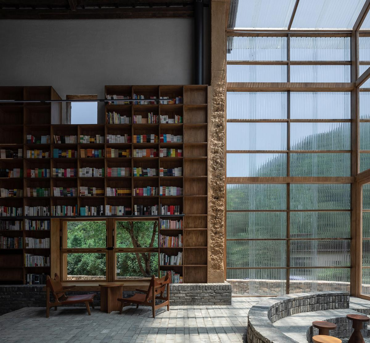 Bamboo bookshelves rise up the building's interior walls / Su Shengliang