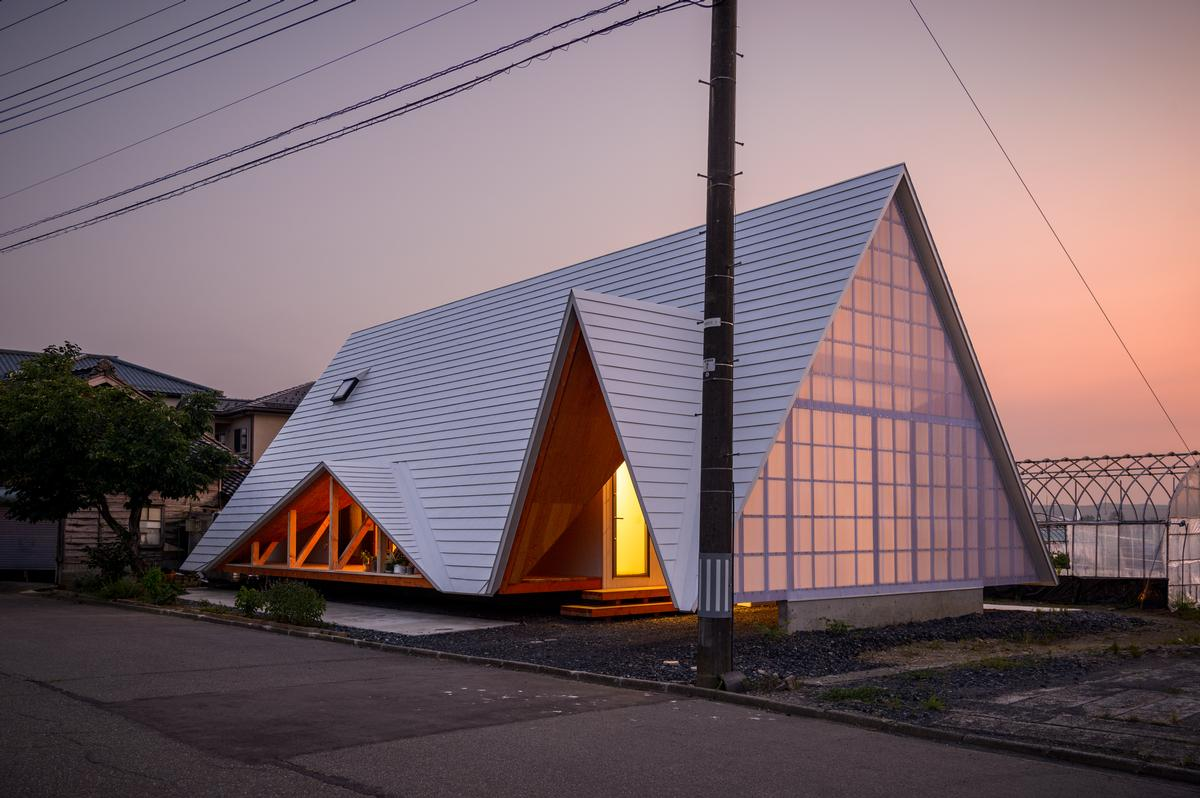 the structure is based on a simple tent-like triangular shape / Isamu Murai