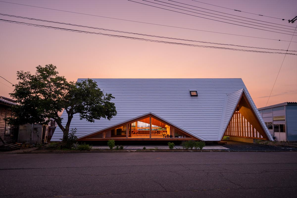 The house comprises a vinyl-covered timber frame structure / Isamu Murai