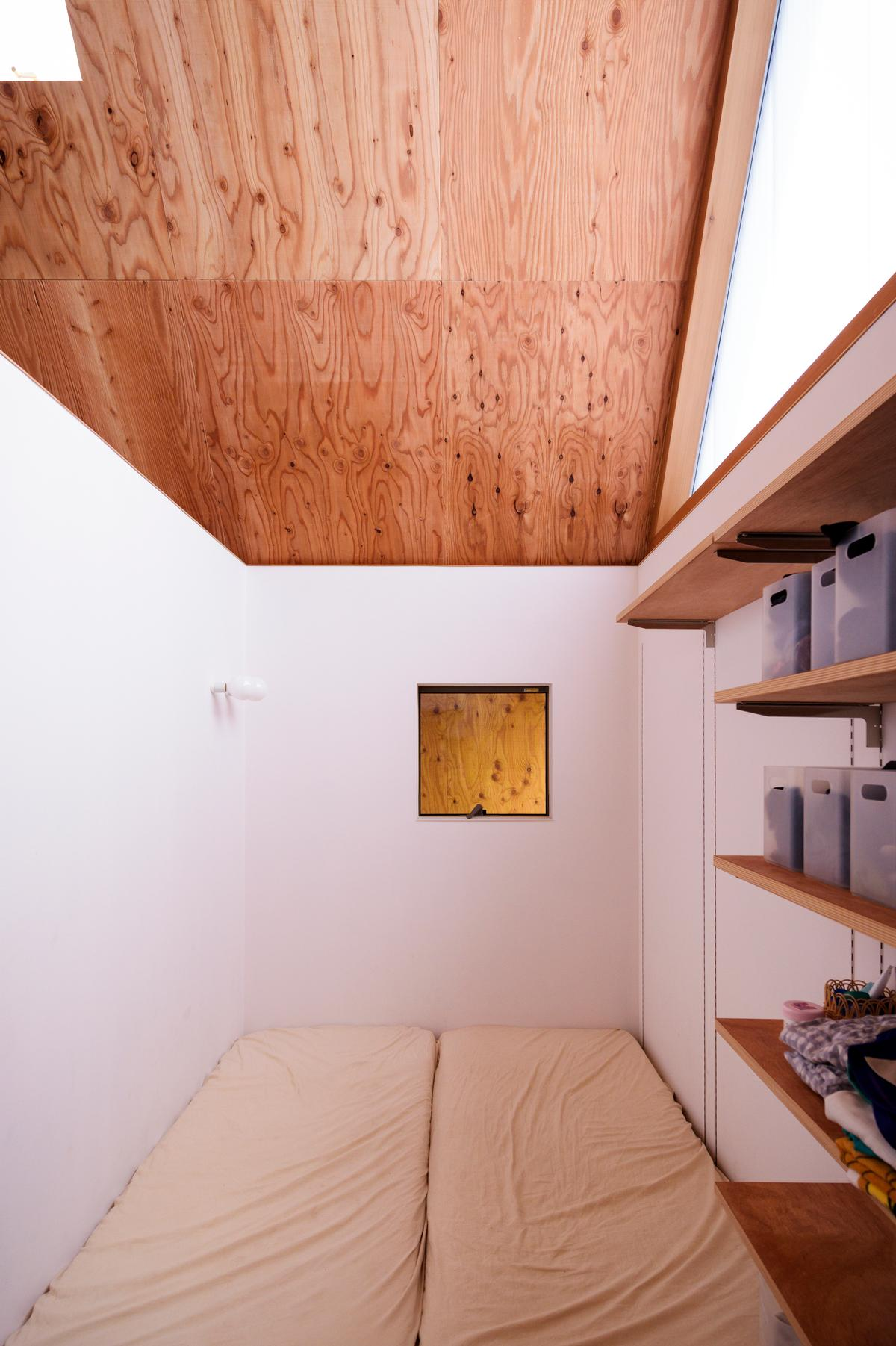 There are compact spaces tucked away for sleeping, relaxing and working / Isamu Murai