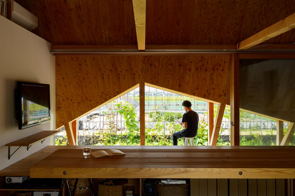 The indoor-outdoor spaces can be used for impromptu chats with passing neighbours, get-togethers and events that spill out from the house / Isamu Murai
