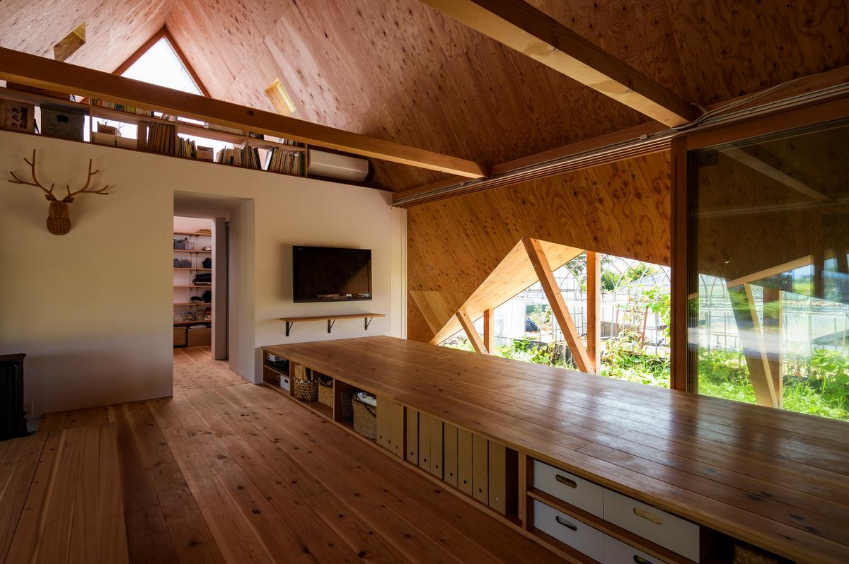 A single large, open space is the main space within the house / Isamu Murai