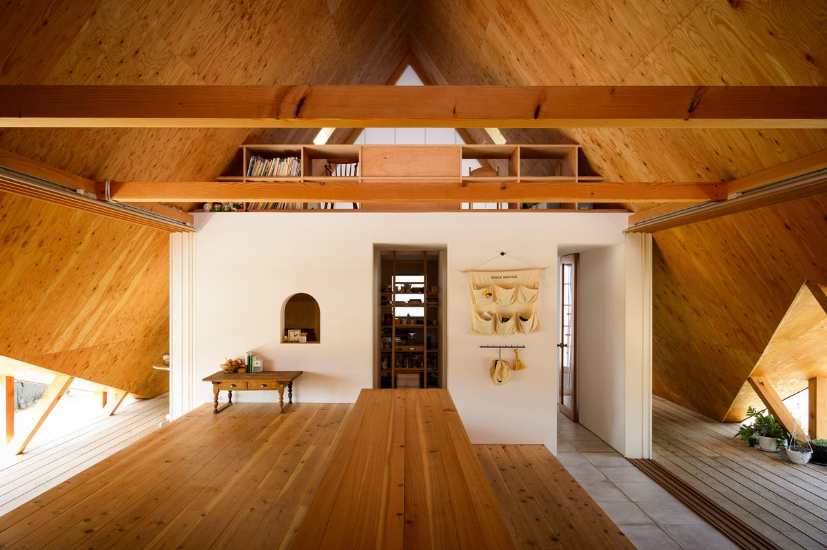 The large interior space is designed to be adaptable / Isamu Murai