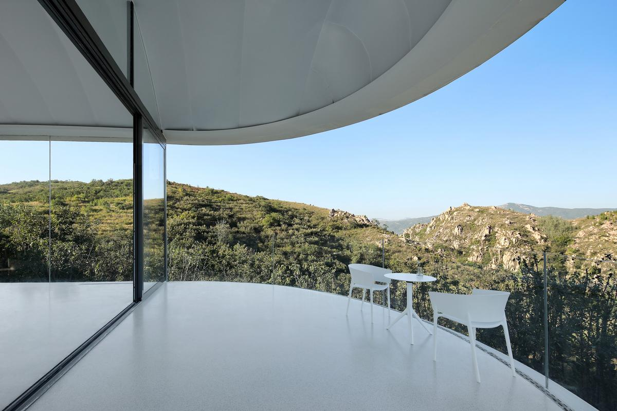 Balconies at either end of the building take advantage of the views / Jin Xiaowen
