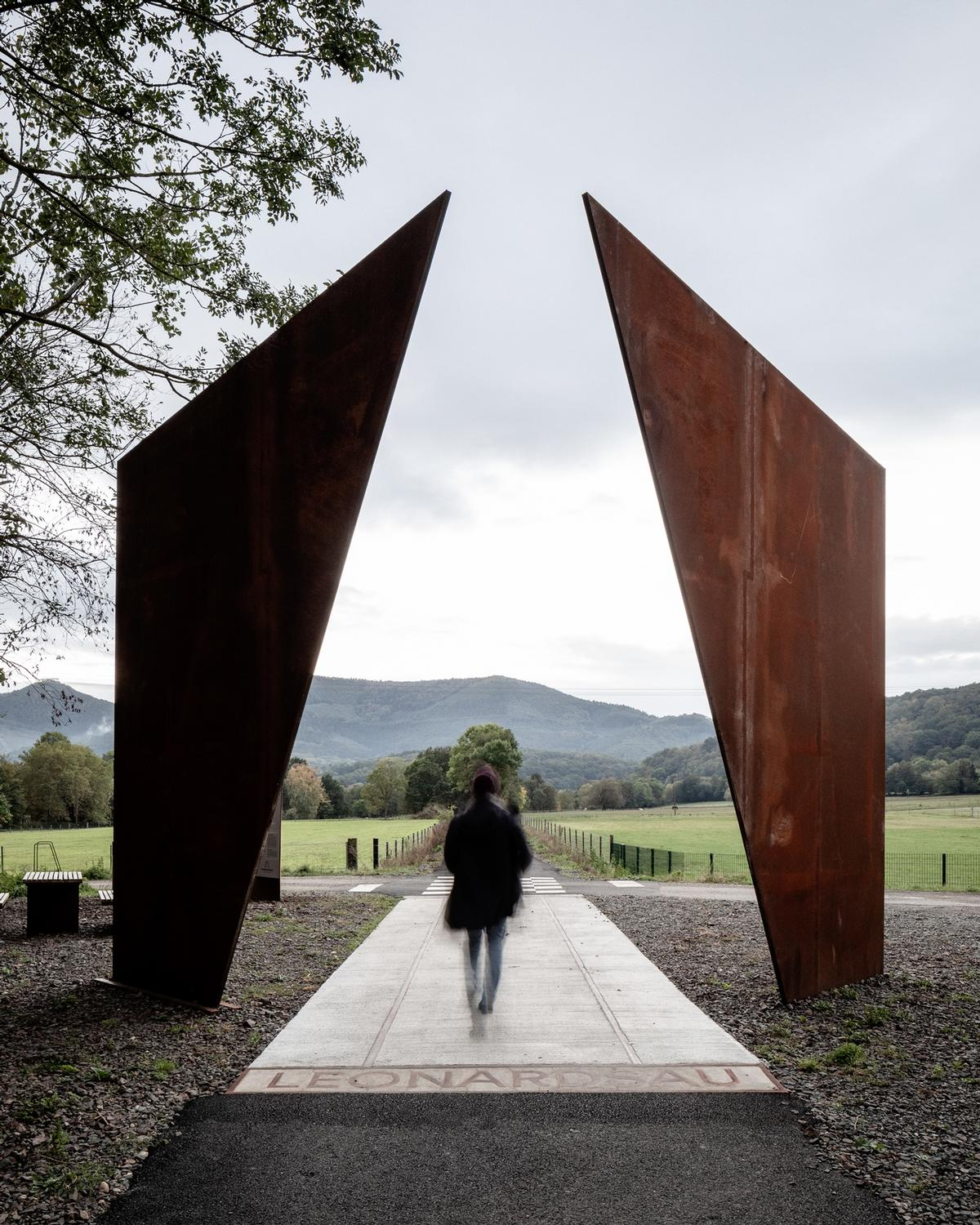 Two large steel plates plates at Leonardsau frame the view of the landscape as it opens up / 11h45