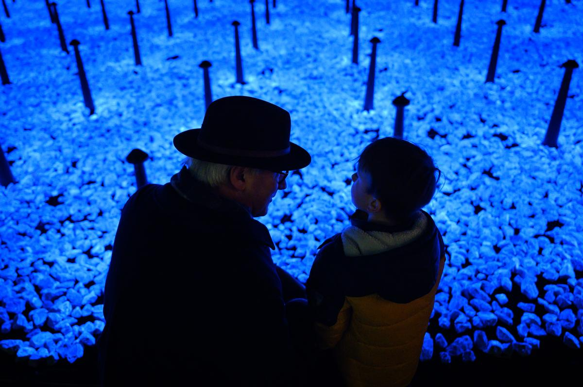 Stones were used as the basis for the installation due to their importance in Jewish memorial tradition and in Roma and Sinti culture / Daan Roosegaarde