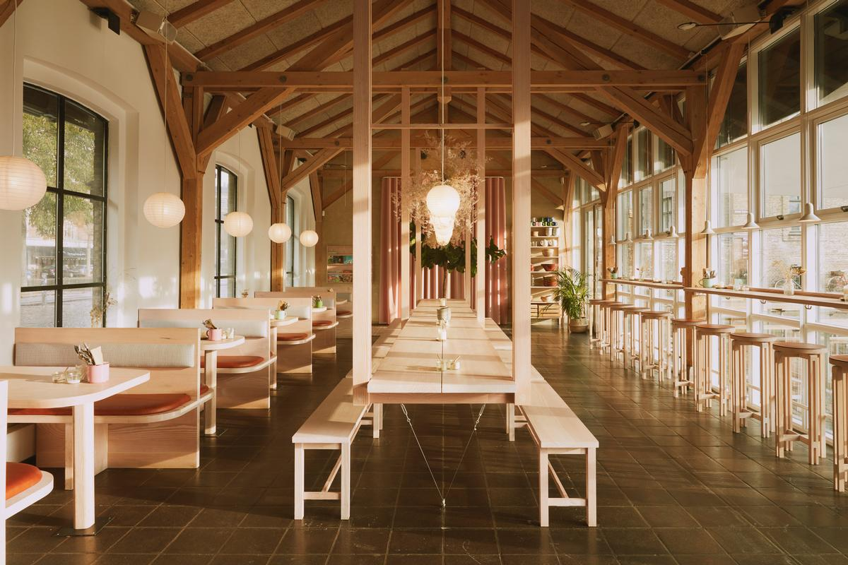 Hverdagen has a bright and airy space, a palette of soft colours and a simple naturality / Vermland