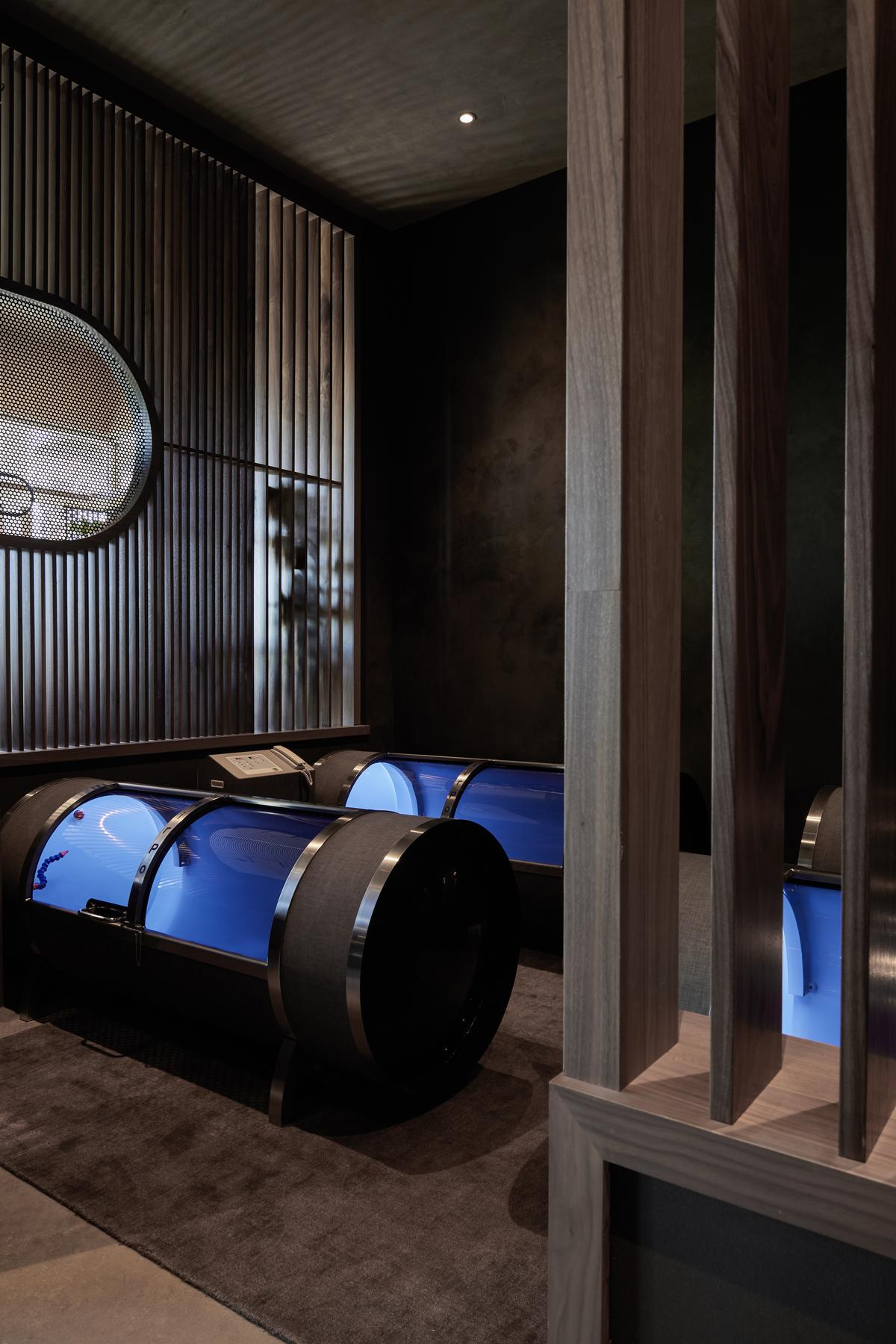 There are facilities for hyperbaric chamber oxygen therapy
