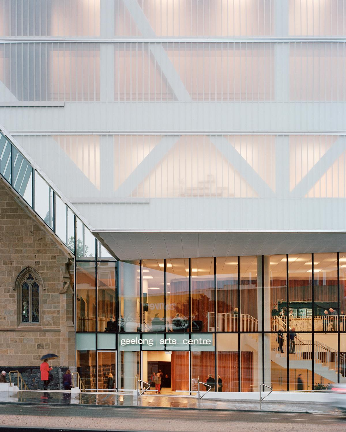 The glazed lower portion of the arts centre and the translucent upper portion provide visibility of what is going on inside / Rory Gardiner