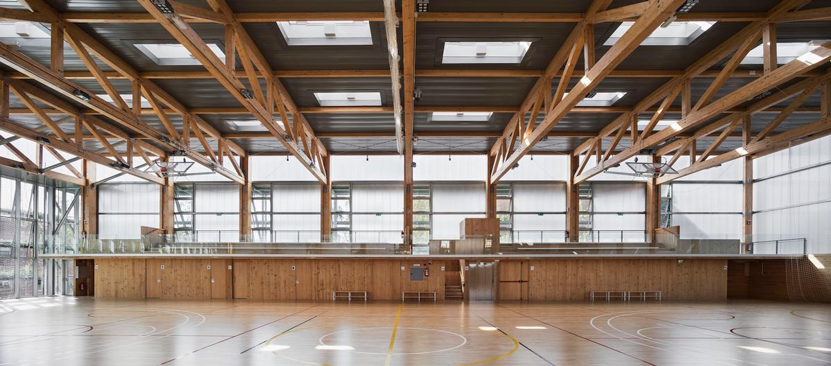 The abundance of wood inside the building creates a natural, warm atmosphere / Enric Duch