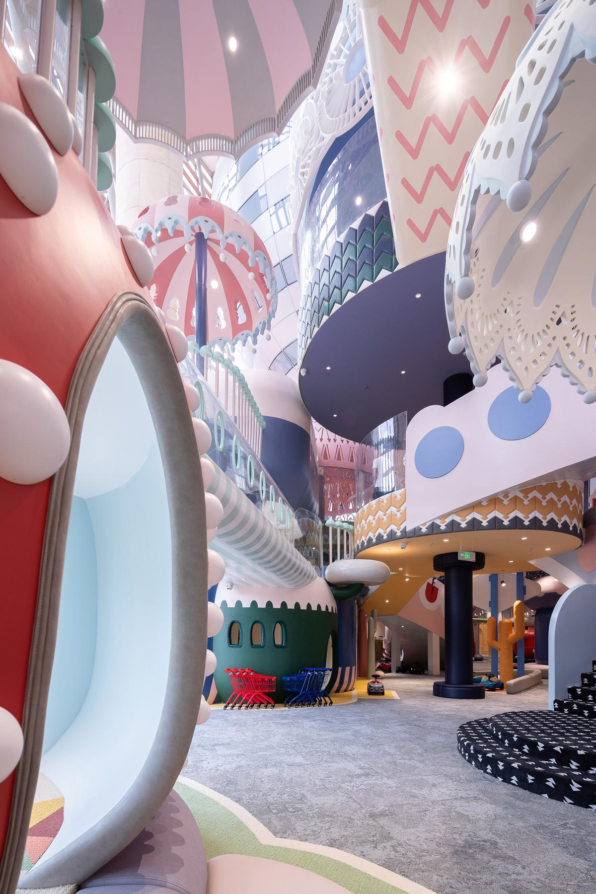 The centre combines a mix of slides, ball-pits and hidden spaces with fantastical design elements and a pastels aesthetic / Shao Feng