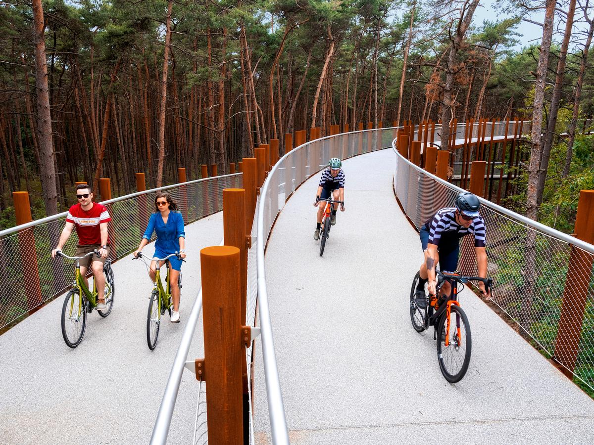 The pathway gradually lifts cyclists up to a height of 10m (33ft) / VisitLimburg.be