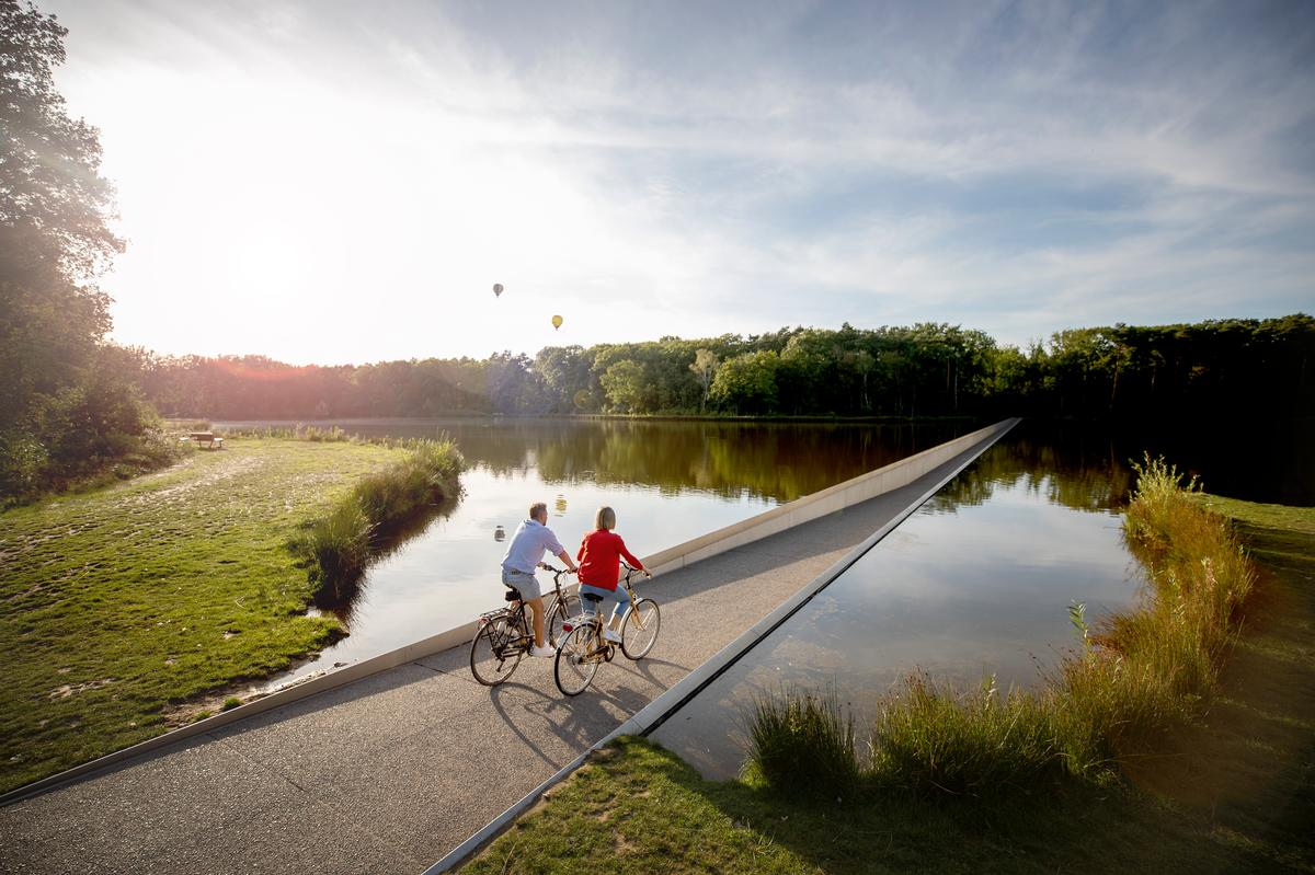 The path allows cyclists to see, smell and even reach out to touch the water / VisitLimburg.be