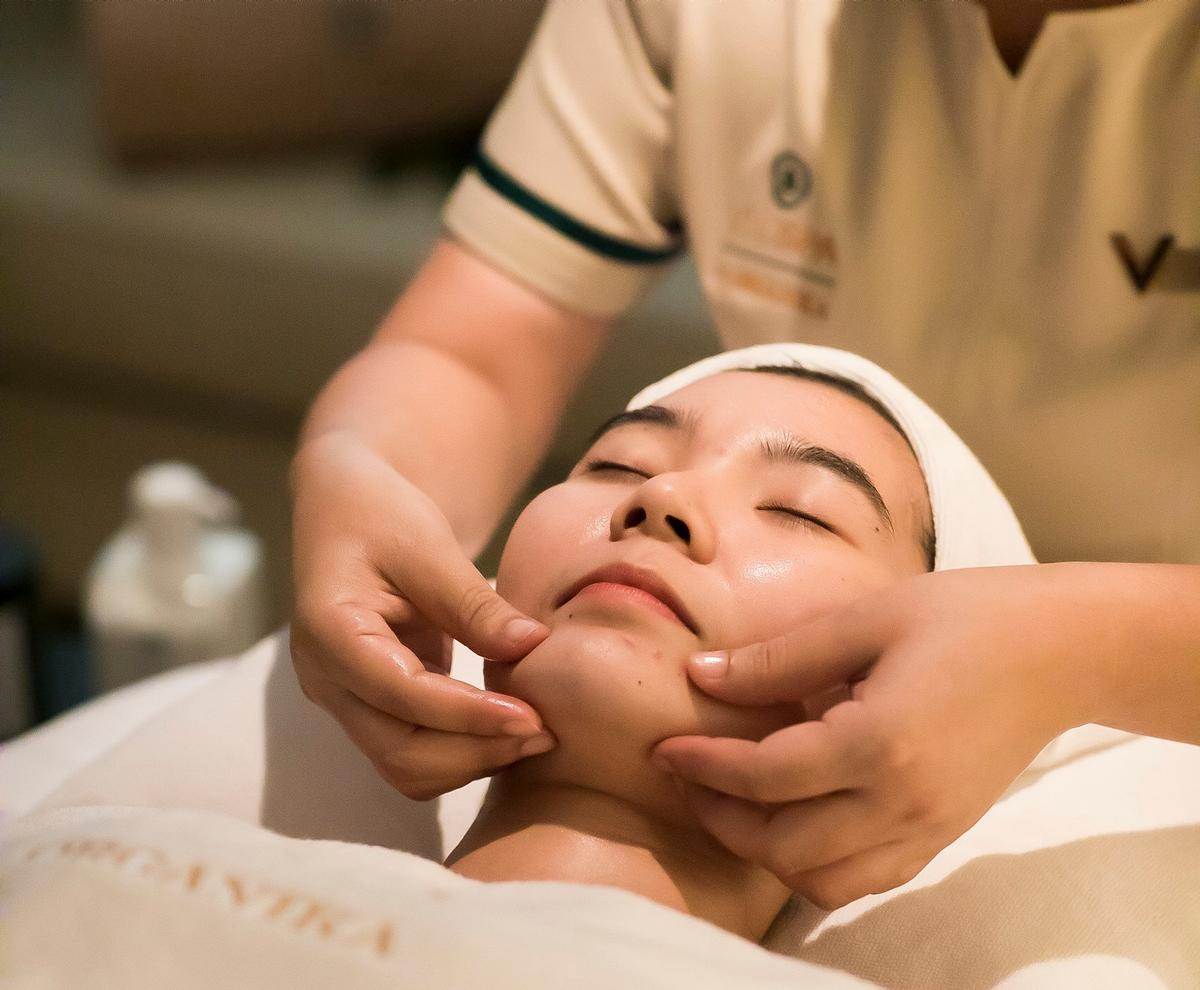 Guests can choose from a range of aromatherapy packages and full-body treatments, massages, facials and scrubs