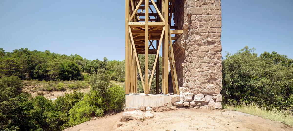 The timber frame acts like scaffolding to provide structural support / Carles Enrich Studio