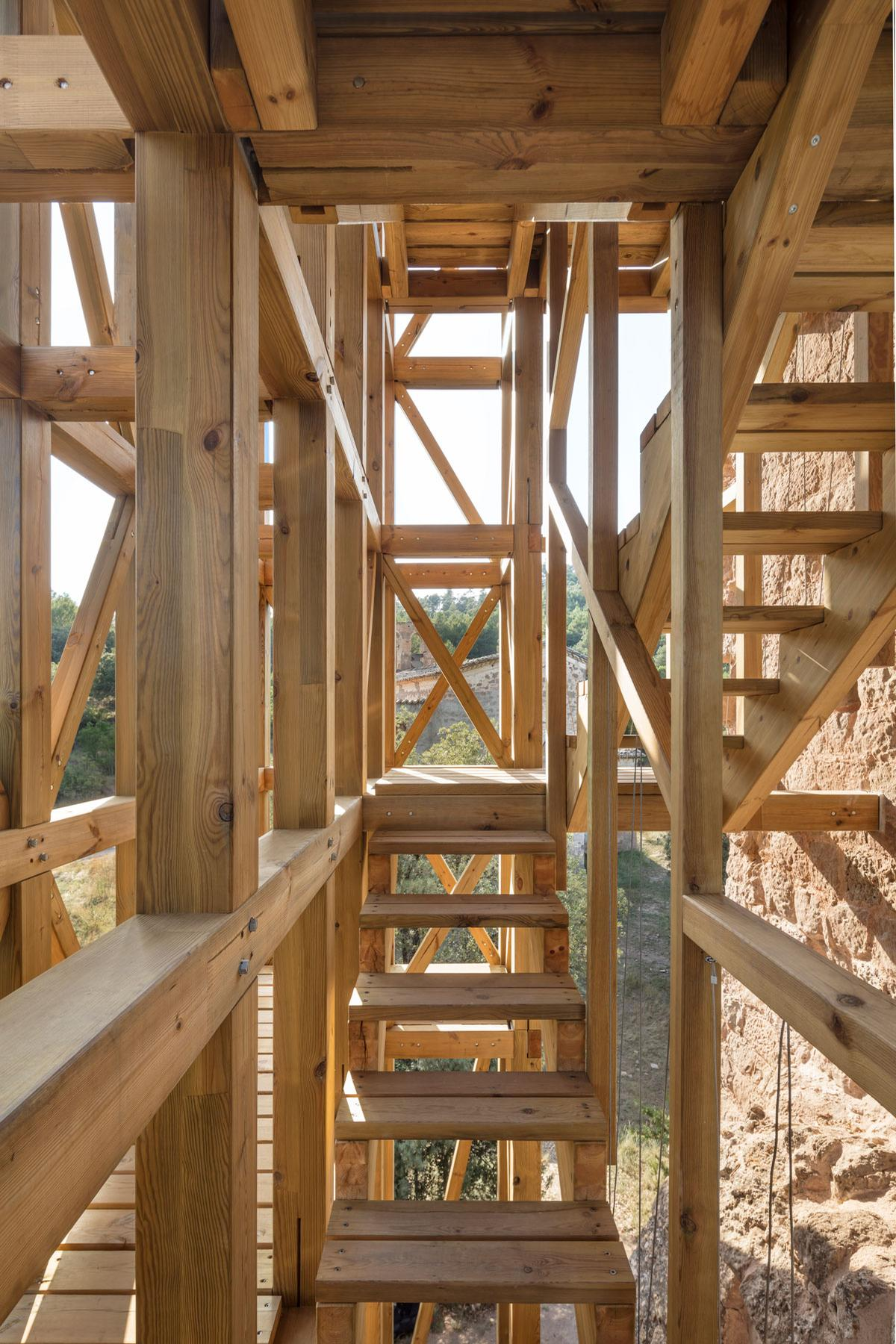 An internal staircase allows visitors to climb the tower / Carles Enrich Studio