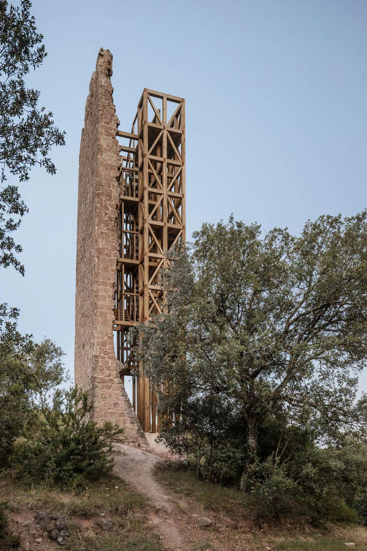 Only one full face of the lookout tower is still standing / Carles Enrich Studio