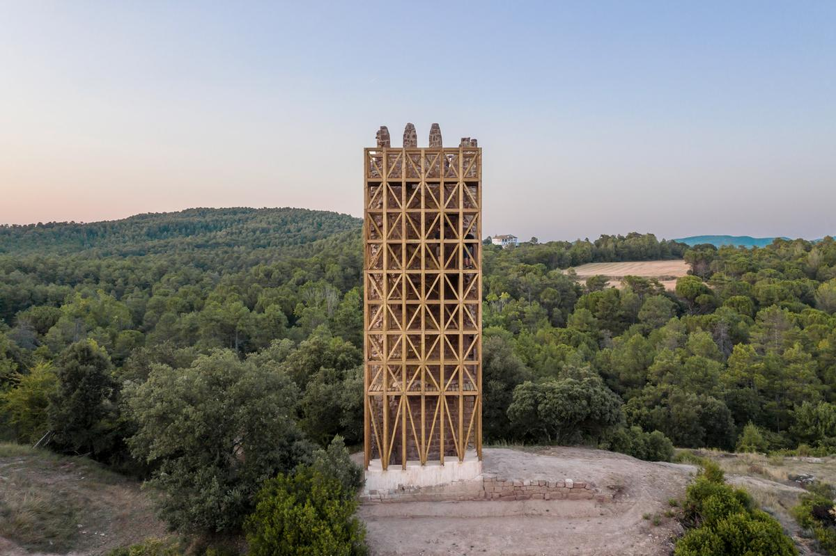Carles Enrich Studio created an accompanying timber structure for the tower / Carles Enrich Studio