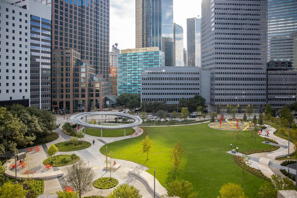 The 3.9ac (1.6ha) facility transformed a surface-level car-park into urban oasis / Bill Tatham