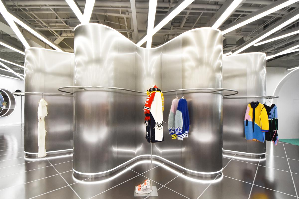 Clothes can be grouped in different ways within the curves of the units / Marcella Campa