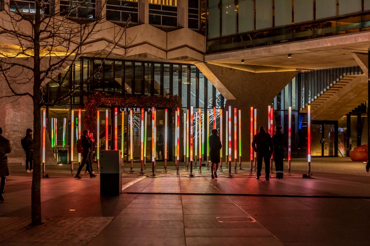 The artwork has a total of 27,000 luminous LED points / James Burns