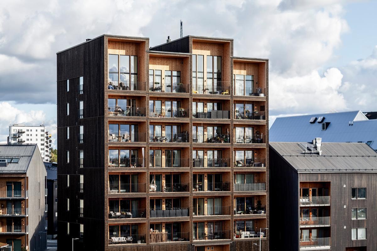 The residential building is located in a waterside neighbourhood with ample green space in Västerås / Nikolaj Jakobsen