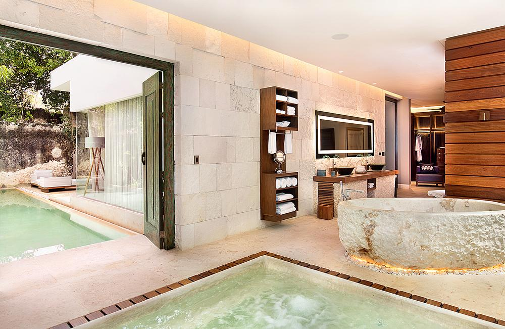 The Royal Villa features a swimming pool, jacuzzi and private garden