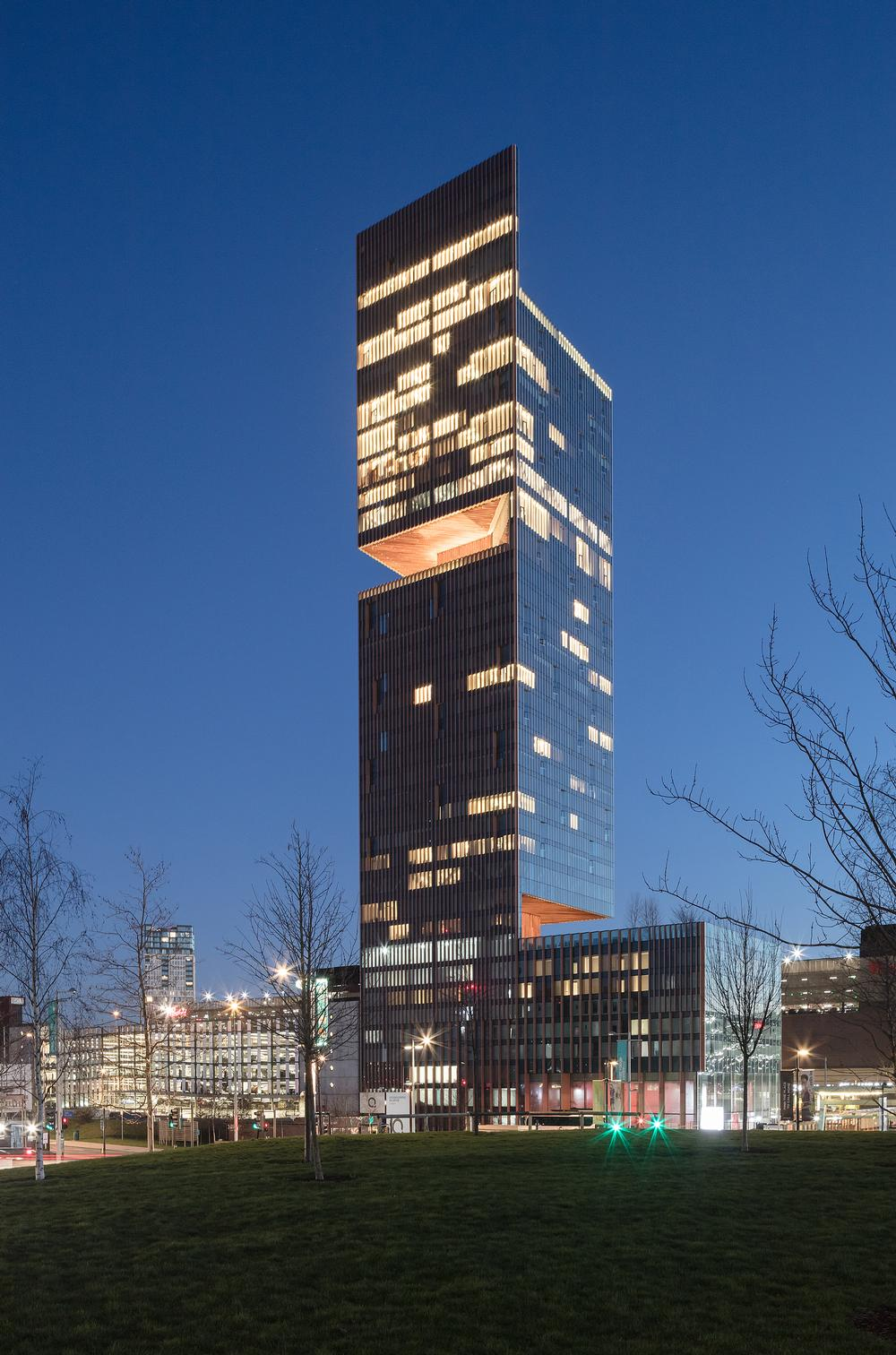 The double-cantilevered tower incorporates three sky gardens / Photo: Luke Hayes