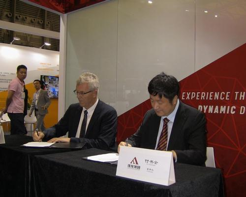 Dynamic Attractions CEO Guy Nelson and Fu ShuQuan, chairman of Jialong Tourism Group, signing the Letter of Intent
