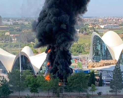 Pictures taken at the scene showed a thick column of black smoke rising from the aquarium