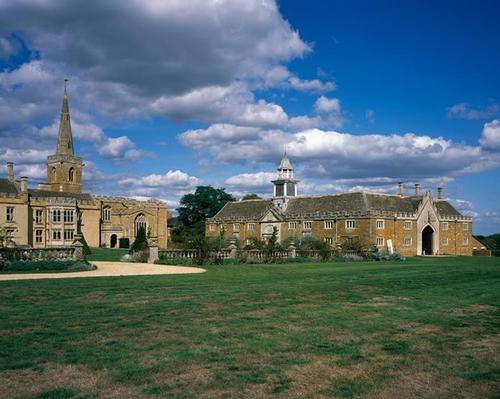Neville Holt Opera: The new building has been inserted into the stable yard within the stable block at Nevill Holt Hall / Hélène Binet