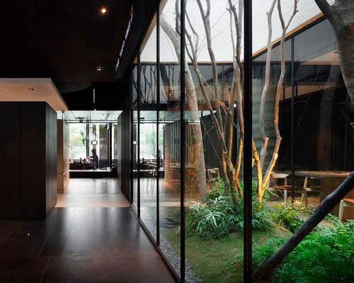 A glass arboretum introduces natural elements and allows natural light in / Moooten Studio / Qimin Wu